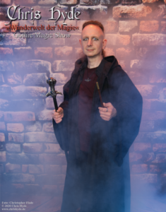 Chris Hyde im Zauberermantel